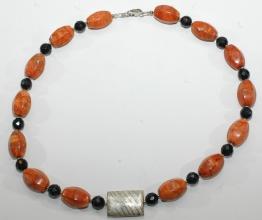 Wunderschöne Halskette aus Korallen und Onyx Facettiert sowie Silber Zwischenteile