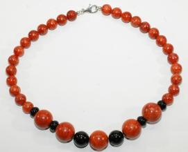 Wunderschöne Halskette aus Schaumkorallen und Onyx