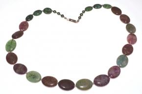 Wunderschöne Halskette mit Fluoritgrün und dunkel lila  sowie Rubin-zoisit und Süßwasserperlen grün.