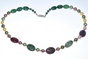 Wunderschöne Halskette mit Fluoritgrün und dunkel lila sowie Perlen verschiedener Farben