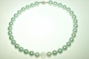 Wunderschöne Muschelkernperle Halskette hell grün (mint Farbe) mit 2 weiße Perlen und Bergkristall Kugel in der Mitte